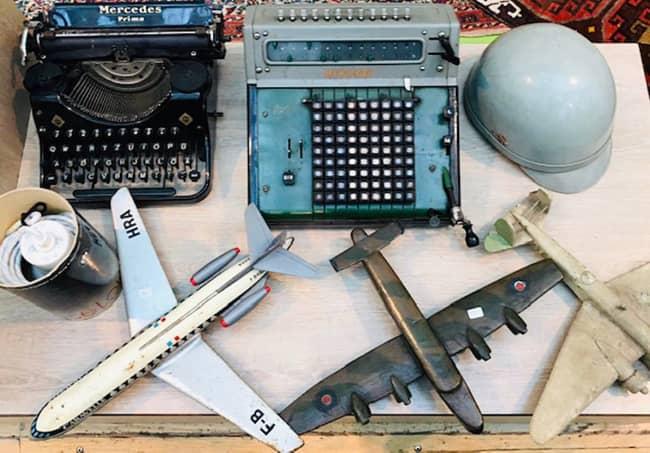 antike schreibmaschinen und flugzeug modelle beim antikmarkt