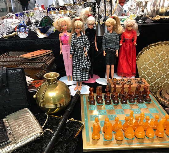 barbies und schachbrett auf dem antikmarkt