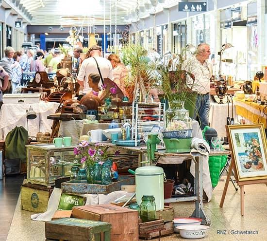 kunden stoebern im antikmarkt
