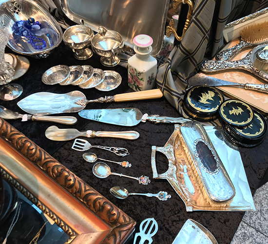 silber besteck auf dem antikmarkt