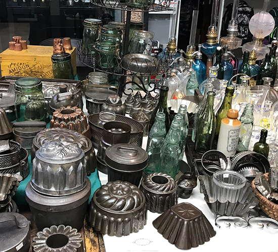 verschieden behaelter auf dem antikmarkt
