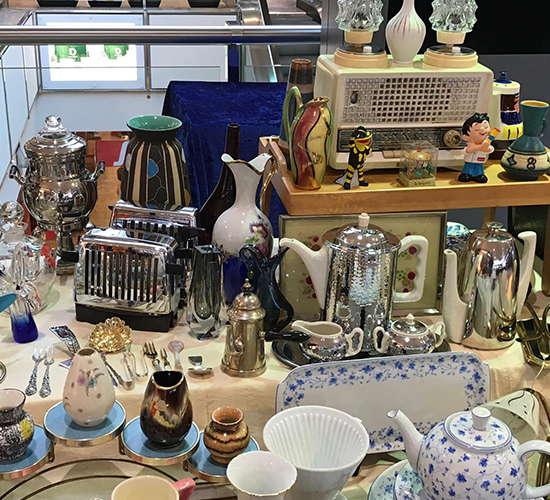 verschiedene teekannen auf dem antikmarkt